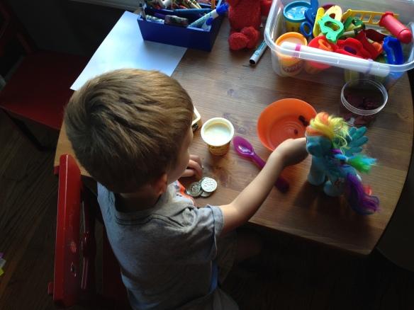Lors du petit déjeuné, Dash mange avec moi !