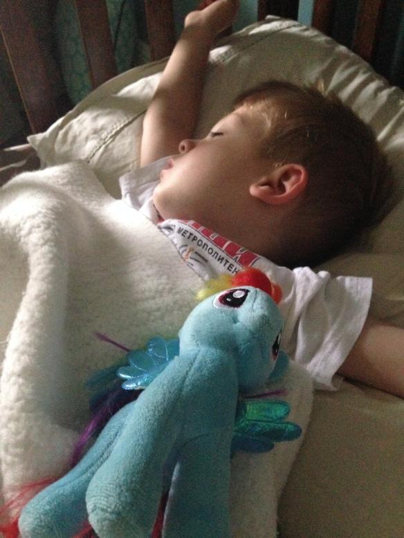 On dors beaucoup mieux avec Rainbow Dash qui nous protège !