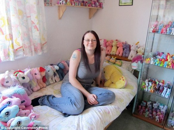 Sarah Butler, 29 ans, possède plus de 1000 articles de collection My Little Pony (source : tvqc.com).