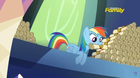 Rainbow Dash embêtant Spike